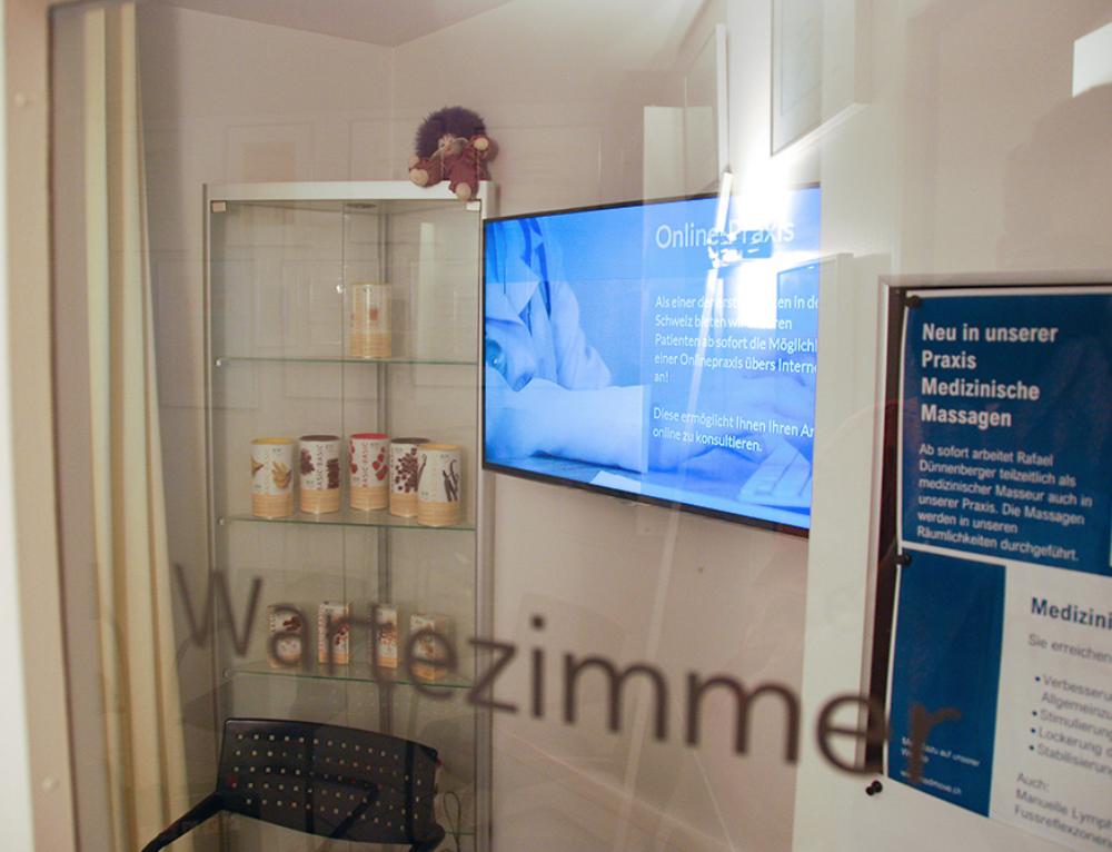 Bewegt in die Zukunft: modernes digitales Info-Display für das Arzt-Wartezimmer